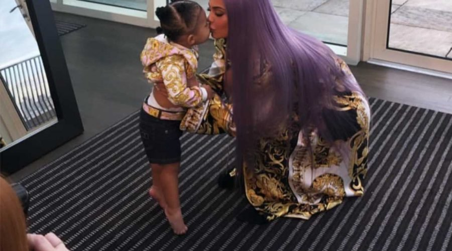 Kylie Jenner S Daughter Stormi Stands On Her Tippy Toes To Give Mom A Kiss Ahead Of Met Gala Uwinhealth Kylie jenner dressed up as captain marvel and travis scott celebrated his upcoming 28th birthday by wearing an iron man costume to a screening of this level of dedication to the marvel cinematic universe is nothing, however, when you consider the fact that scott has another fantasy franchise on. kylie jenner s daughter stormi stands